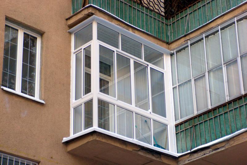 Полностью остекленный балкон.